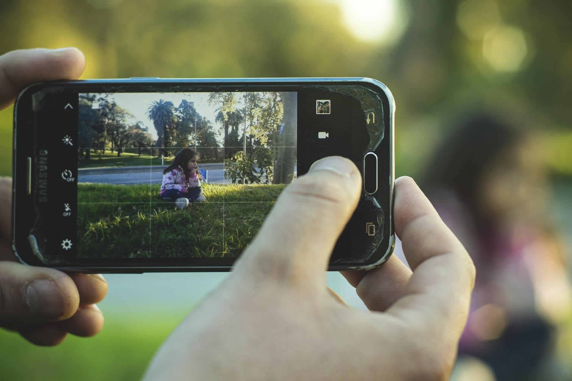 content/da-dk/images/repository/isc/2020/is-it-safe-to-post-photos-of-your-kids-online.jpg